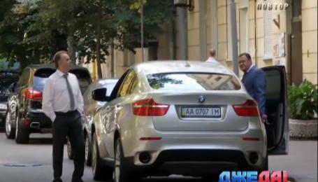 Тротуар возле ГПУ нагло заставляют дорогими авто работники прокуратуры