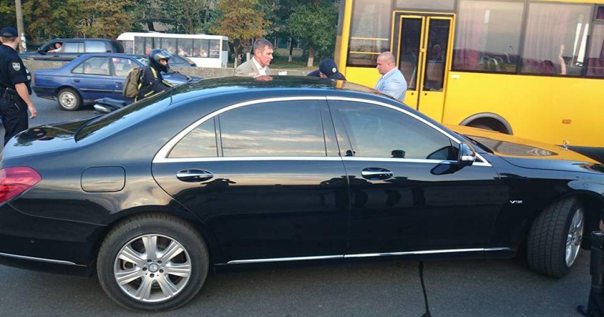 Полицейские остановили кортеж Суркиса.