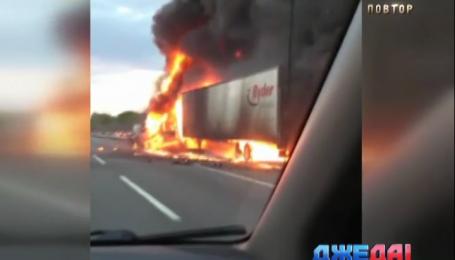 В США на дороге взорвались две фуры