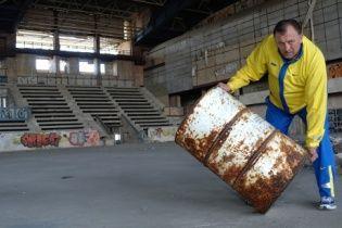 Известные украинские атлеты снялись на руинах спортивных объектов