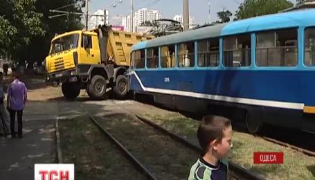 В Одесі трамвай на повній швидкості зіткнувся з вантажівкою