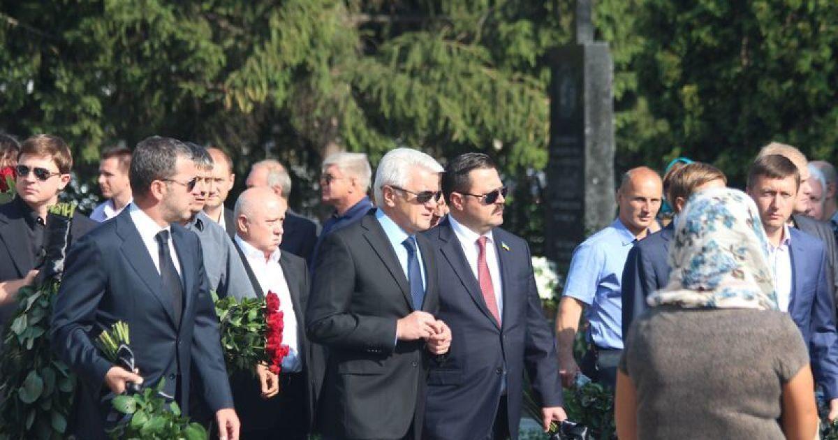 На похороны Еремеева прибыли ряд скандально политиков. Справа налево: Андрей Деркач, Владимир Литвин, Сергей Мартыняк, Лесь Довгий @ ТСН.ua