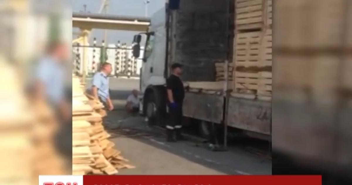 "На Закарпатье задержали грузовик с контрабандой: сигаретами мастерски ""начинили"" доски"
