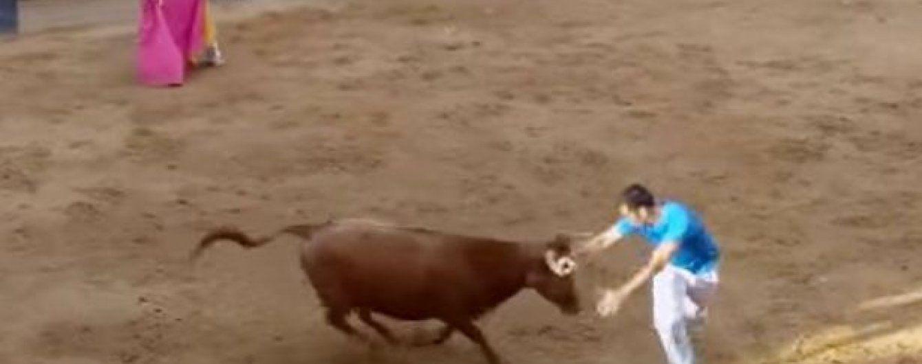 Кровавая испанская коррида: бык рогом проткнул тореадора