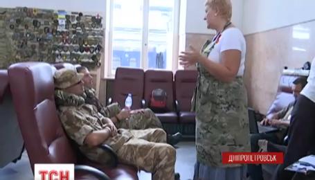 На вокзалі у Дніпропетровську влаштували місце відпочинку для бійців