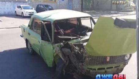 В Киеве водитель ВАЗа не разминулся со столбом