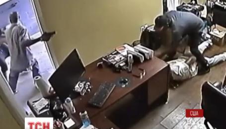 У штаті Флорида працівник автомобільного магазину подолав озброєного грабіжника