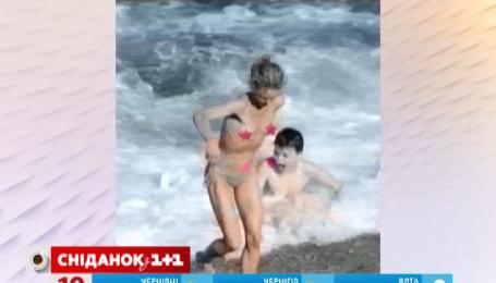 Ванесса Паради загорала топлесс вместе с сыном