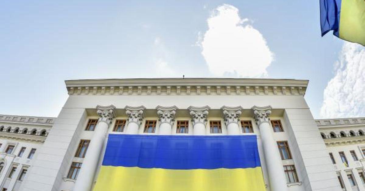 АП украсили огромным флагом @ twitter/Петр Порошенко