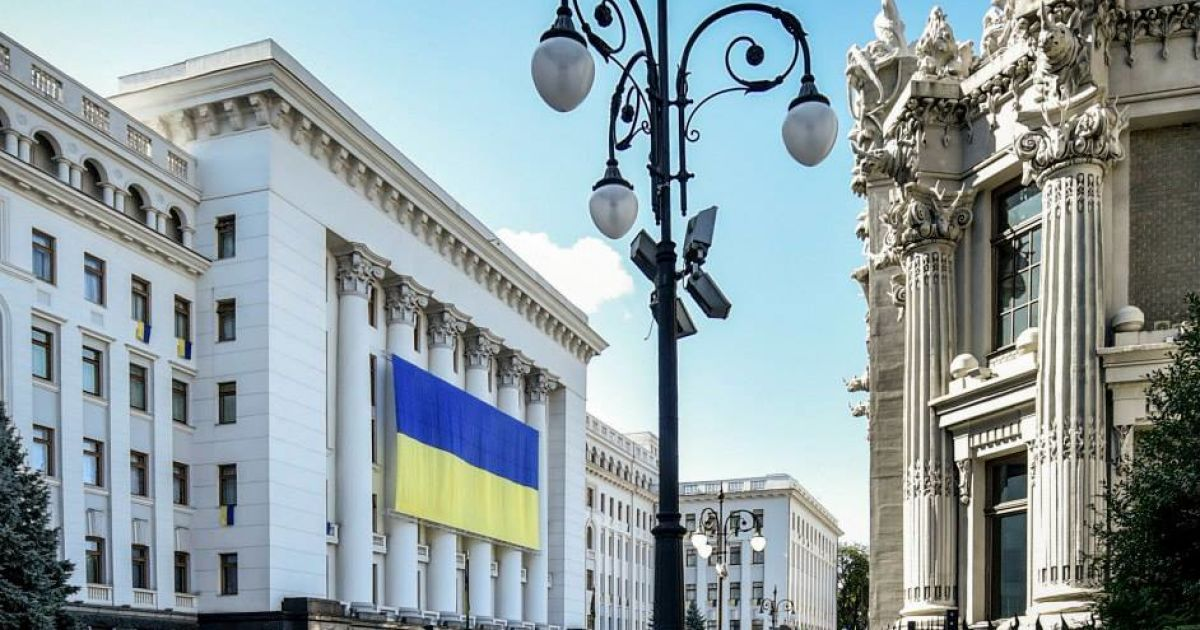 АП украсили огромным флагом @ Facebook / Петр Порошенко