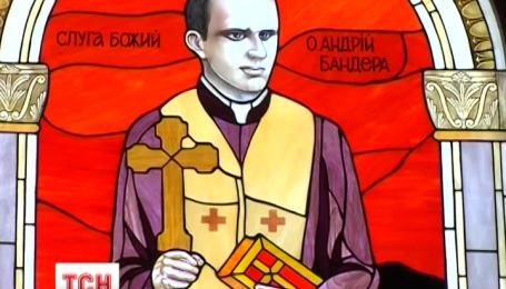 На Тернопільщині у храмі встановили вітраж із зображенням батька Степана Бандери