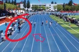 Оператор з камерою феєрично обігнав спортсменів на стометрівці: відео завірусилося в Мережі
