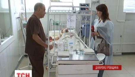 У Дніпропетровську медики борються за життя трирічної дитини, що випала з четвертого поверху
