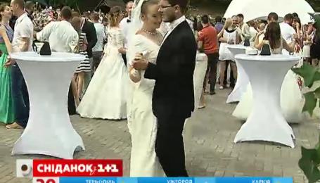 Декілька тисяч закоханих одночасно відсвяткували весілля в Києві