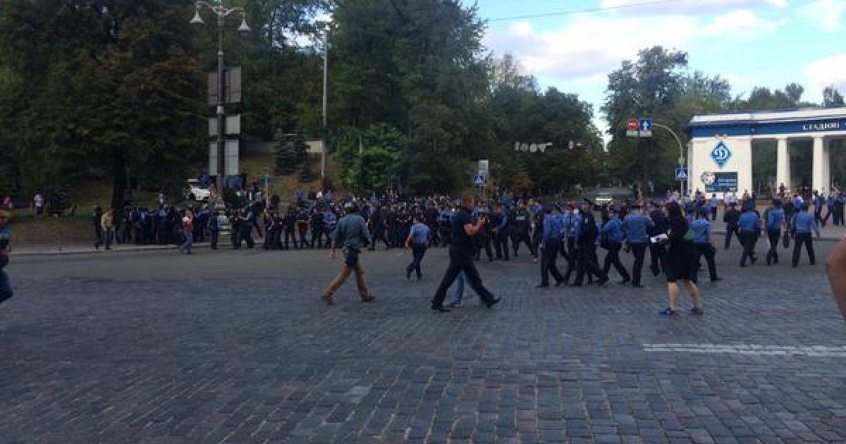 """Польські фанати закидали міліцію камінням та пляшками біля стадіону """"Динамо"""""""