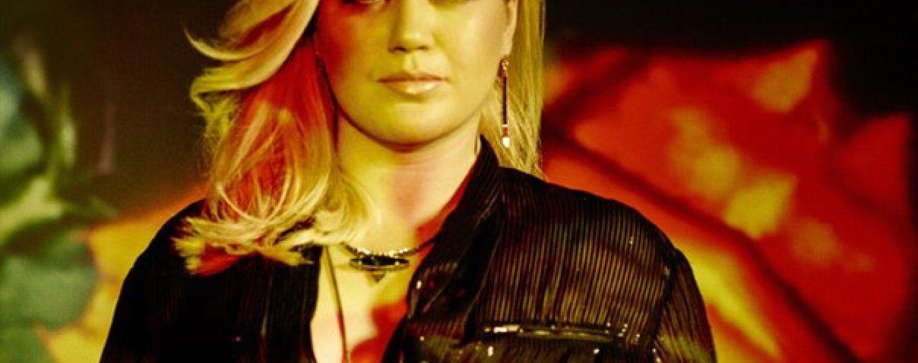 """33-річна Келлі Кларксон заявила про свій """"цікавий стан"""" під час виступу"""
