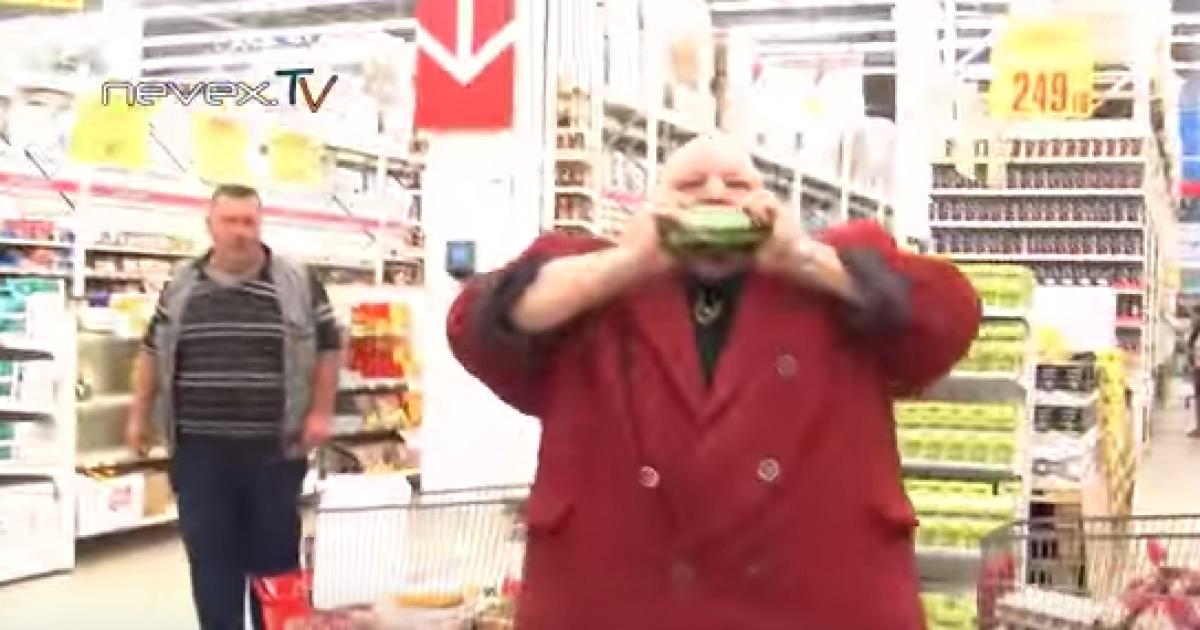 """В Петербурге колоритный """"музыкант-казак"""" рвал зубами банки с импортным пивом"""
