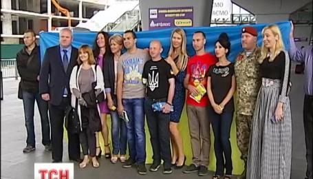 Троє бійців, що втратили на війні руки, відлітають з Києва до Італії на протезування