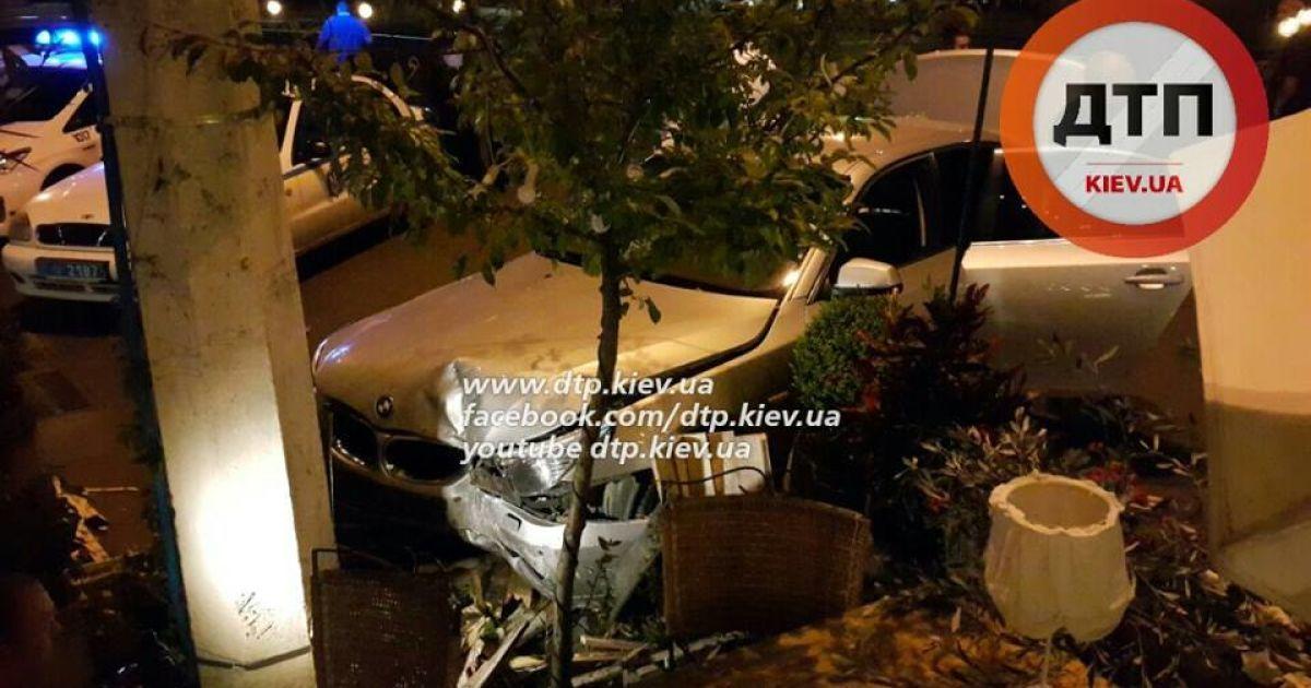 Мужчина врезался в столик кафе @ facebook.com/dtp.kiev.ua