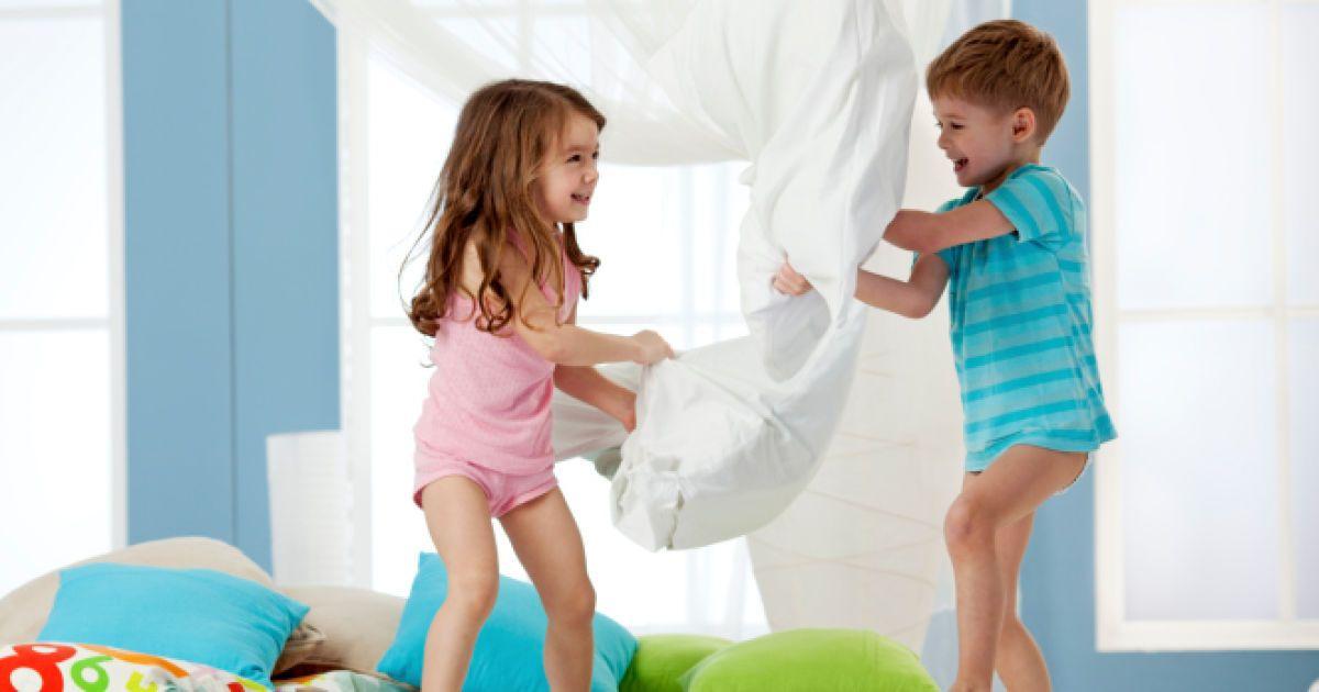 Девочка снимает трусики с мальчика