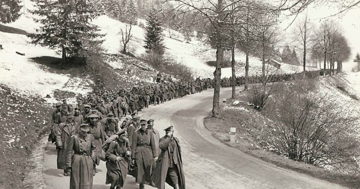Тысяча немецких солдат идет в направлении стратегического австрийского города, где они сдадутся союзным войскам. @ Argunners