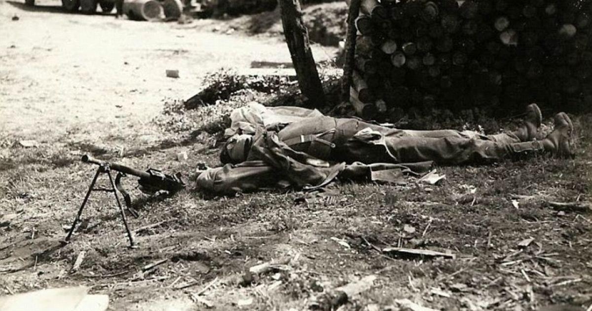 Германия. Мертвый немецкий пулеметчик лежит рядом со своим оружием. @ Argunners