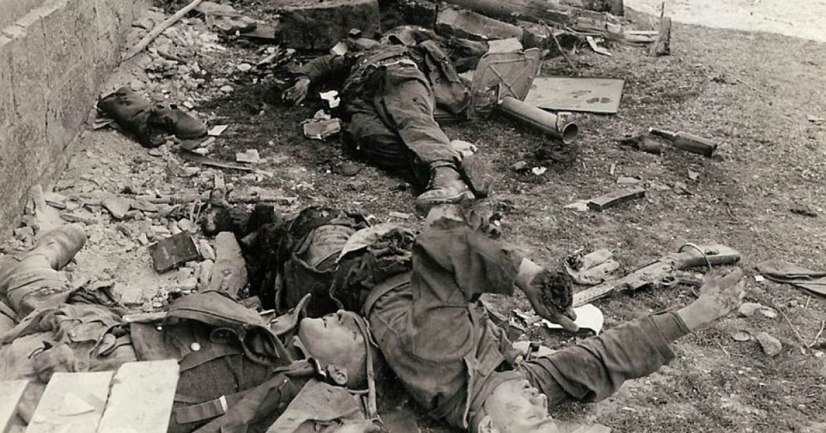 """Трое погибших немецких военных """"Ваффен-СС"""", которые пытались остановить продвижение американской колонны бронетехники. @ Argunners"""