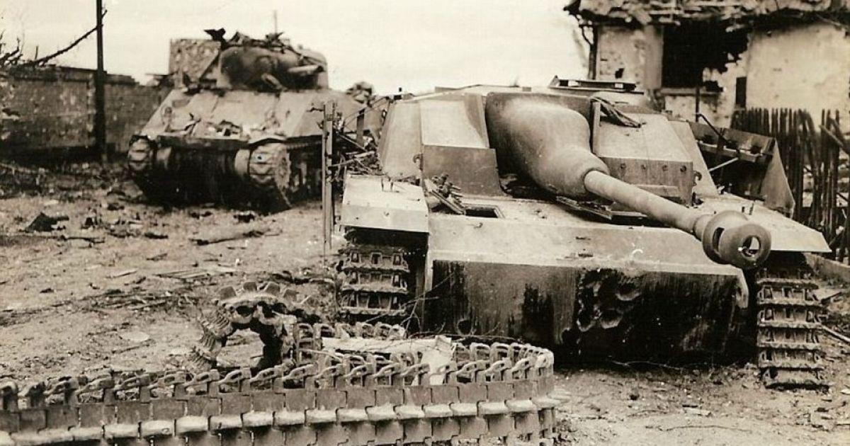 Выведен из строя американский танк. А рядом с ним подбитый танк немецкой армии. @ Argunners