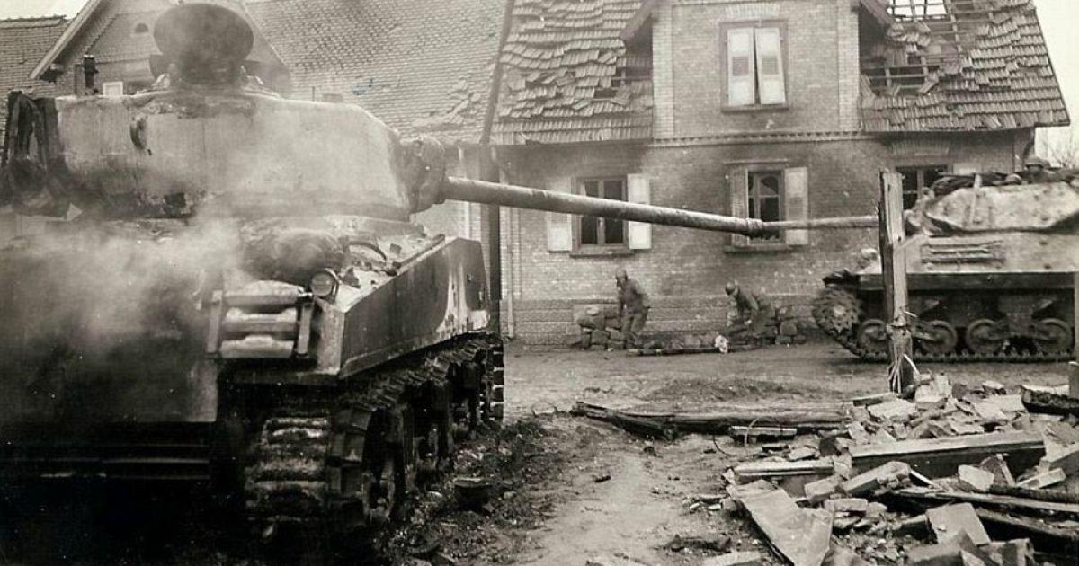Танк движется руинами только что отбитого французского городка. В то же время медики помогают военному, который упал на обочине. @ Argunners