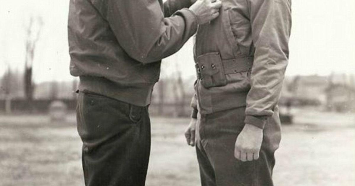 Генерал Чарльз Палмер (справа) получает орден за боевые заслуги от генерал-лейтенанта Александра Патча. @ Argunners