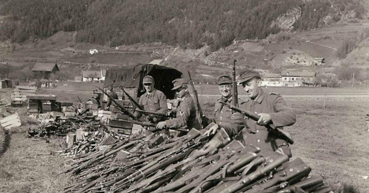 Генерал Палмер сделал это фото в то время, когда немецкие войска сдались союзникам неподалеку от города Ландек, Австрия. @ Argunners