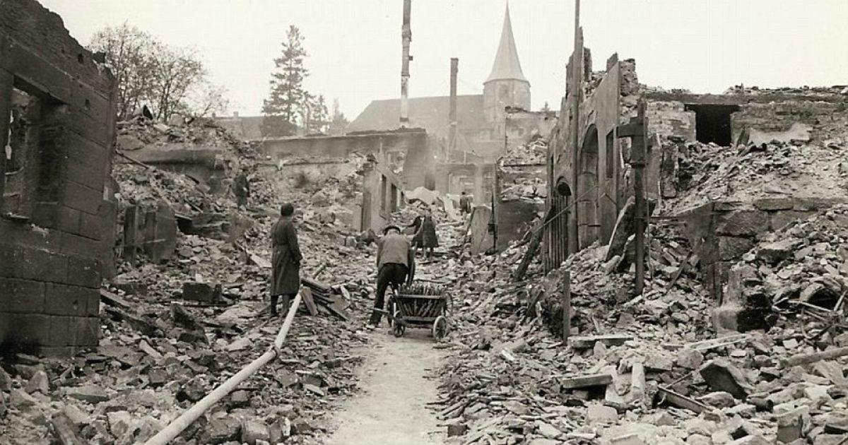 Немецкие мирные жители разбирают завалы от разрушений. @ Argunners