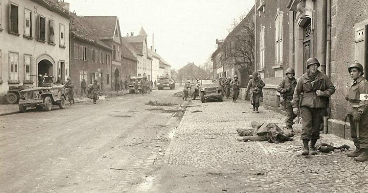 На фото изображено наступление американских войск, которые передвигаются по городу. На снимке также видно тело одного из американских солдат. @ Argunners