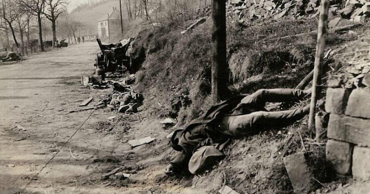 """На фото видны тела погибших немецких военных, которые были убиты во время прорыва линии Зигфрида """"Седьмой армией"""". @ Argunners"""