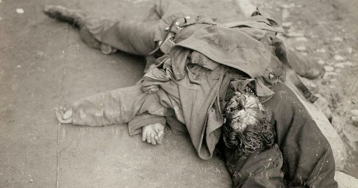 Трупы двух немецких солдат, которые лежат в канаве во Франции. @ Argunners