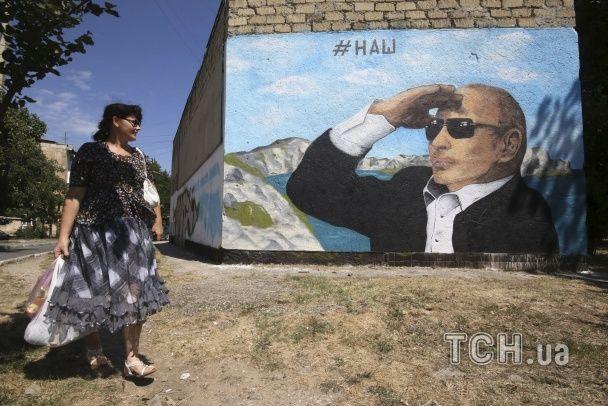 """Культ особи. """"Сакральний"""" Путін на чохлах, футболках й тарілках"""