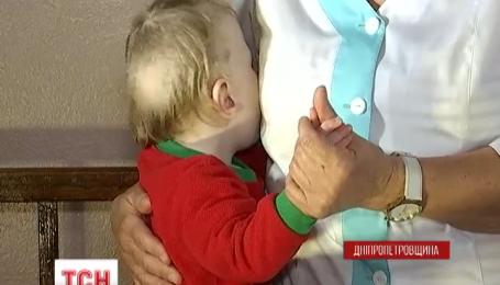 В Днепродзержинске правоохранители нашли в квартире истощенную двухлетнюю девочку