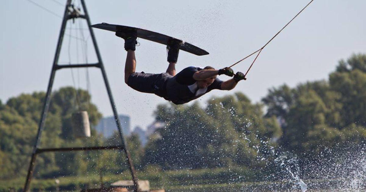 Кличко во время катания на вейкборде на Днепре @ facebook/Віталій Кличко