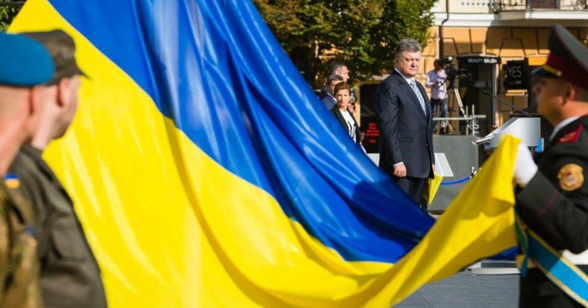 На Софиевской площади взвился государственный флаг @ Facebook / Петр Порошенко