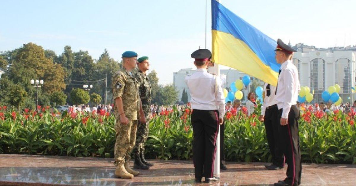 """Как Украина празднует День флага: """"побитые"""" войной стяги из АТО и сине-желтые рекорды"""