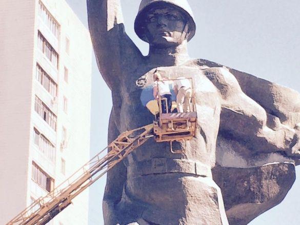 День прапора у Харкові, серце на пам'ятнику Воїну-визволителю