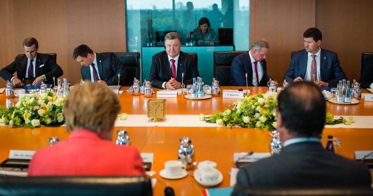 У Берліні розпочалась зустріч Порошенка, Меркель і Олланда