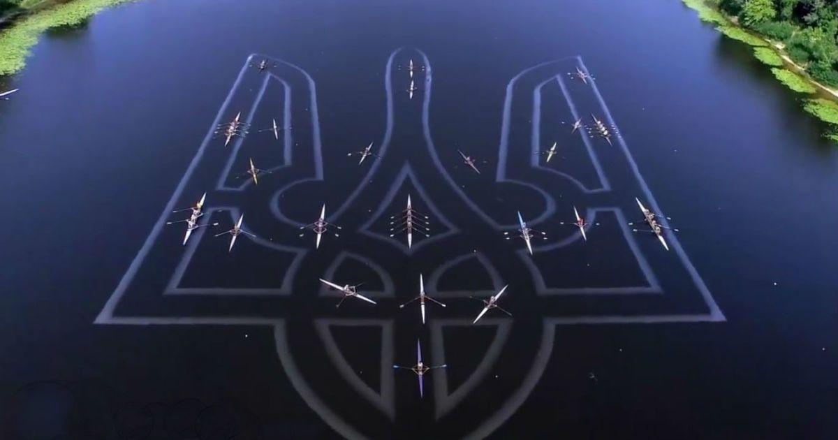 Веслувальники створили на Дніпрі гіганський герб із човнів