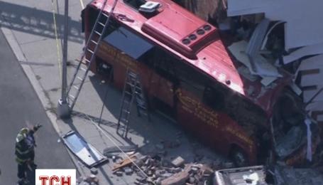 Пассажирский автобус на полном ходу врезался в дом в Нью-Йорке
