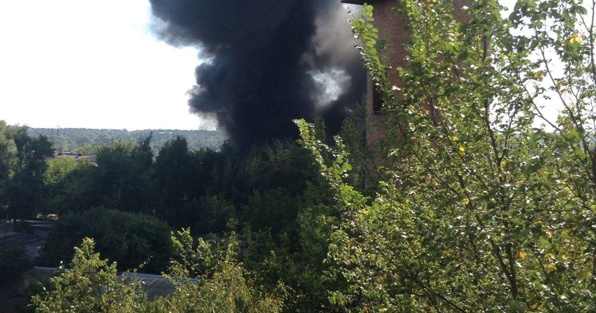 В Буче начался масштабный пожар на промышленном предприятии