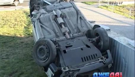 В Сумах авто на большой скорости сделало тройное сальто и разбилось о бордюр