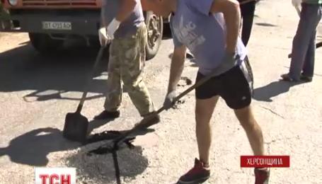 На Херсонщине жители двух сел самостоятельно взялись ремонтировать дорогу