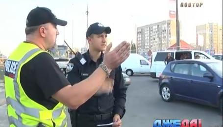 5 тысяч гривен обещают активисты за видео, на котором полицейские берут взятки