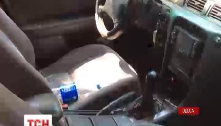 В Одессе неизвестные расстреляли автомобиль и избили его водителя