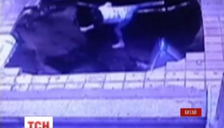 В китайском городе Харбин автобусная остановка провалилась под землю